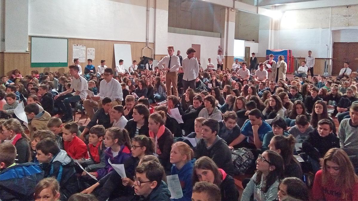 L'assemblée dans le gymnase car le temps n'est pas au rendez-vous.